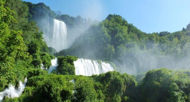 """Lo sapevate che la cascata delle Marmore è un """"salto artificiale""""? Il salto artificiale più alto al mondo? E sicuramente non sapete neanche che lo hanno realizzato gli antichi Romani? Ecco la storia."""