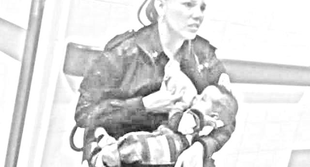 Una bella storia – La poliziotta allatta il bimbo malnutrito di una donna arrestata: promossa