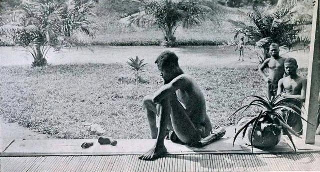 Questi siamo stati NOI, questi siamo NOI e questi continueremo ad essere NOI – Nella foto: un padre congolese davanti agli arti mozzati della sua bambina di 5 anni. La colpa della piccola? Il padre non aveva raccolto abbastanza gomma per i padroni bianchi…!