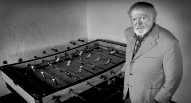 L'invenzione del biliardino? Una storia commovente: Alejandro Finisterre, militante anarchico spagnolo, guardava i bambini mutilati durante la guerra civile e pensando tristemente che non avrebbero più potuto giocare a calcio…