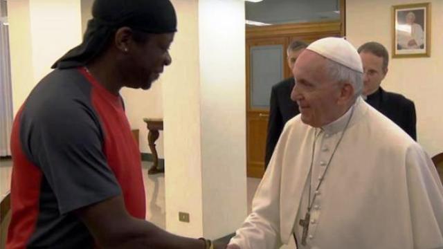 """Papa Francesco all'attore omosessuale: """"chi giudica non ha un cuore umano, ogni persona ha la sua dignità"""""""