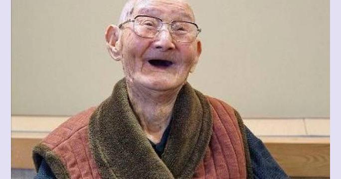 """La grande, grande, grande lezione di Chitetsu Watanabe, l'uomo più vecchio del mondo: """"Mantenete sempre il sorriso"""""""